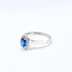Anillo zafiro oval y diamantes